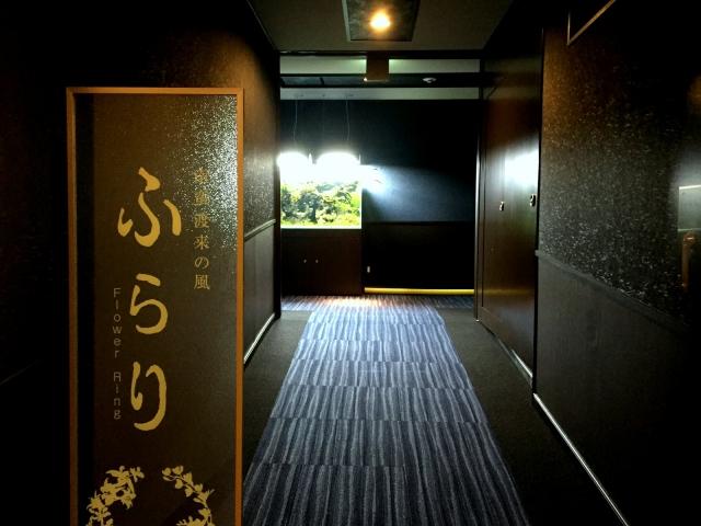 新館『ふらり』の入口を飾る大型水槽 ご来館のお客様をお迎え致します。